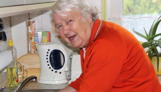 Armando Verano Oma am Abwaschen